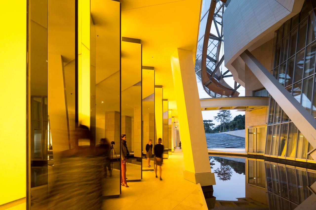 """""""Inside the Horizon"""" (2013). Gra ze światłem, lustrami i taflą wody w siedzibie Fondation Louis Vuitton w Paryżu."""