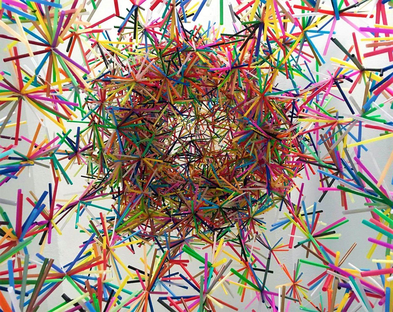 Dekoracyjne lampiony i pająki plastikowych słomek są inspirowane polską sztuka ludową (Fot. Karina Królak, Patka Smirnow)