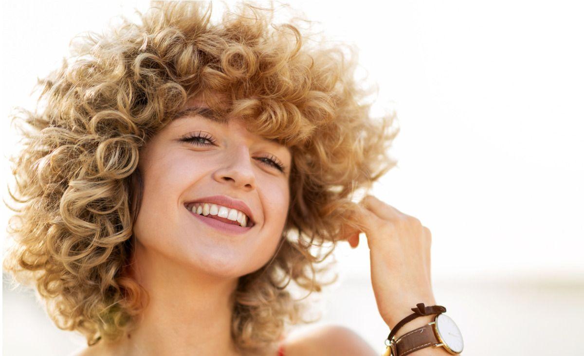 Jak dbać o włosy zimą? Pytamy ekspertki