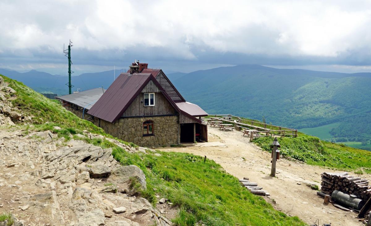 Wakacje w pustelni. Dlaczego warto zamknąć się w chatce w górach i pobyć ze sobą?