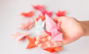 2014/06/wu-wei-sztuka-odpuszczania-paper-crane-on-the-palm-and-autumn-leaves-picture-id450997367.jpg