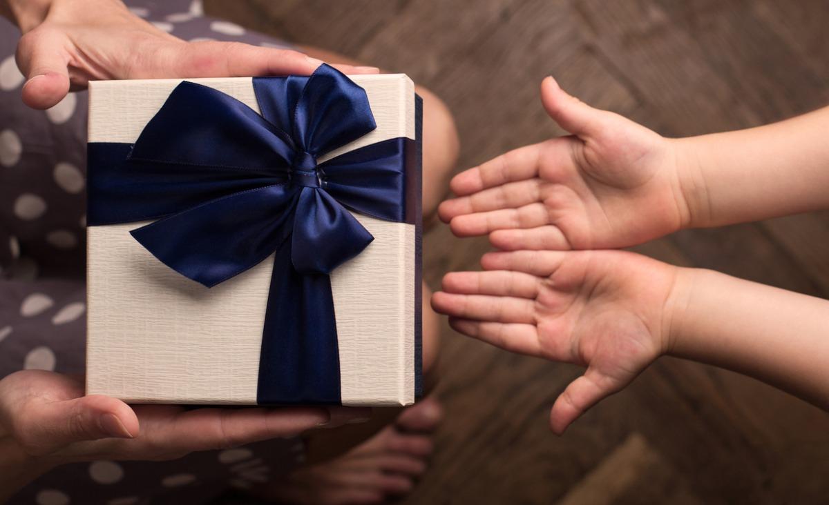 Świąteczne prezenty: do czego prowadzi szantażowanie dziecka?