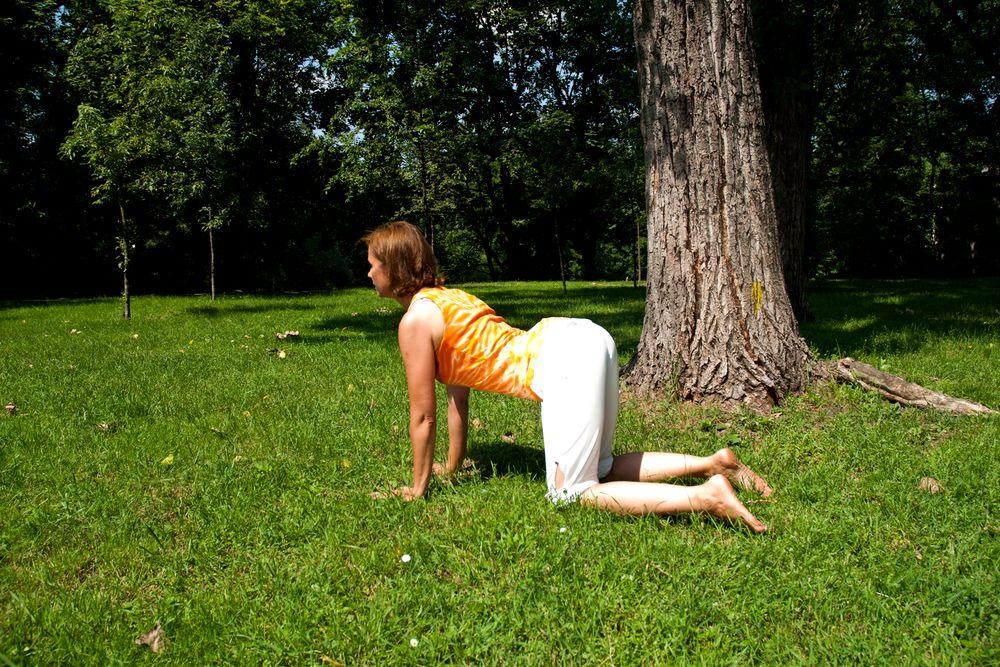 Joga w ogrodzie, ćwiczenie numer 2: pozycja krowy