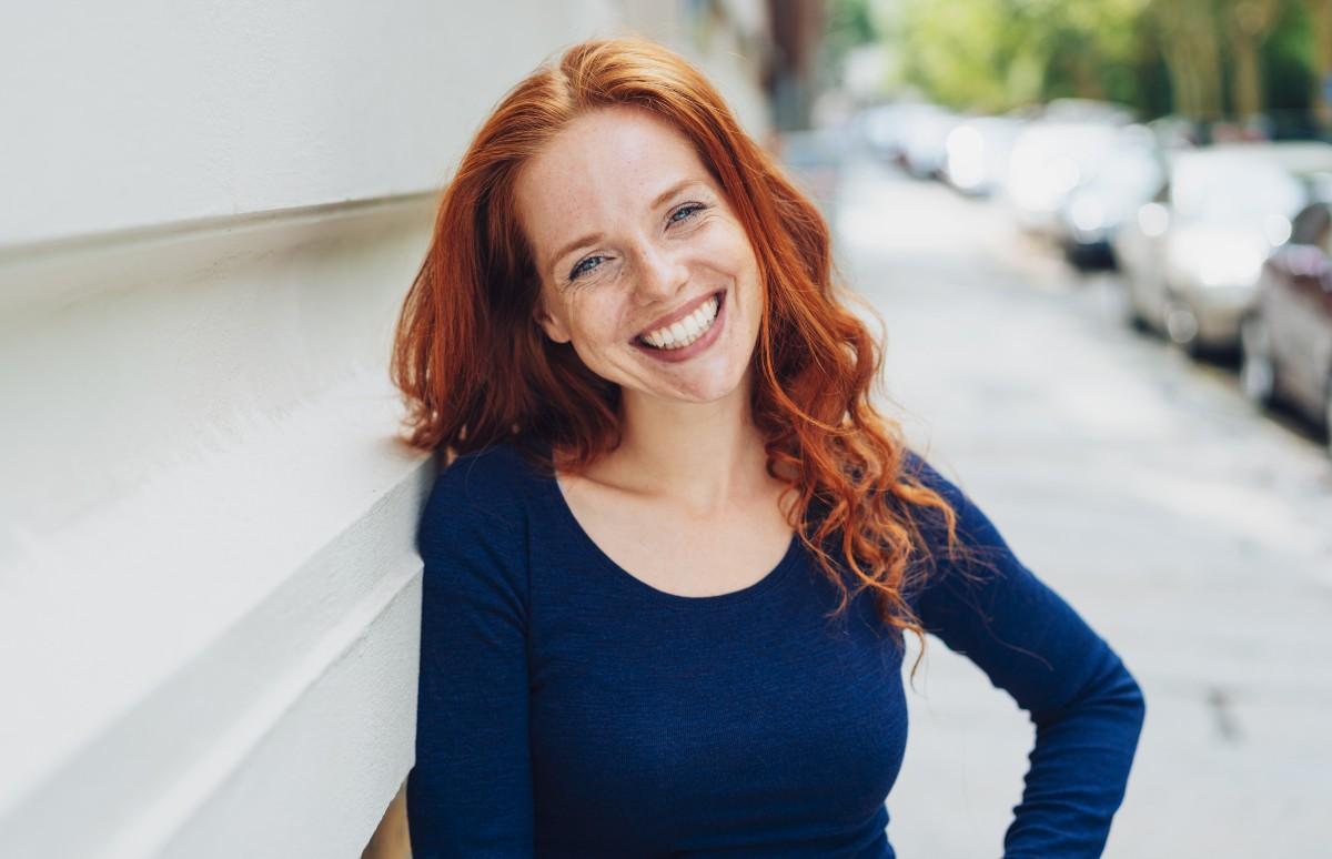 Szeroki pełny i szczery uśmiech poprawia samopoczucie właściciela i pozytywnie zmienia otoczenie. (For.iStock)