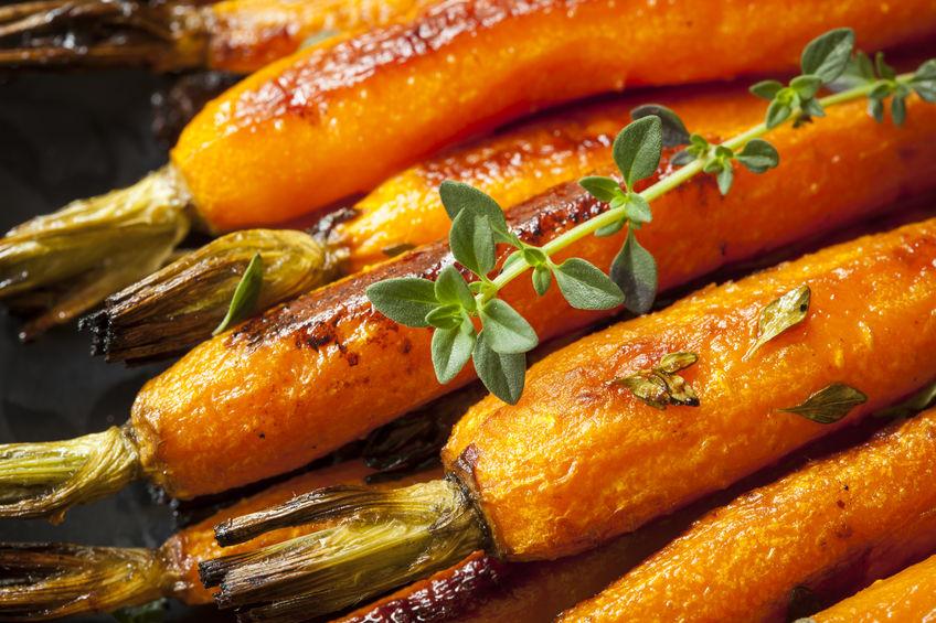 Marchewki pieczone z kruszonką orzechową i czereśniami