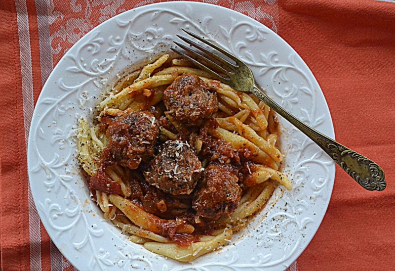 Klopsiki jagnięce w pomidorowym sosie i fusilli za kuchennymi drzwiami
