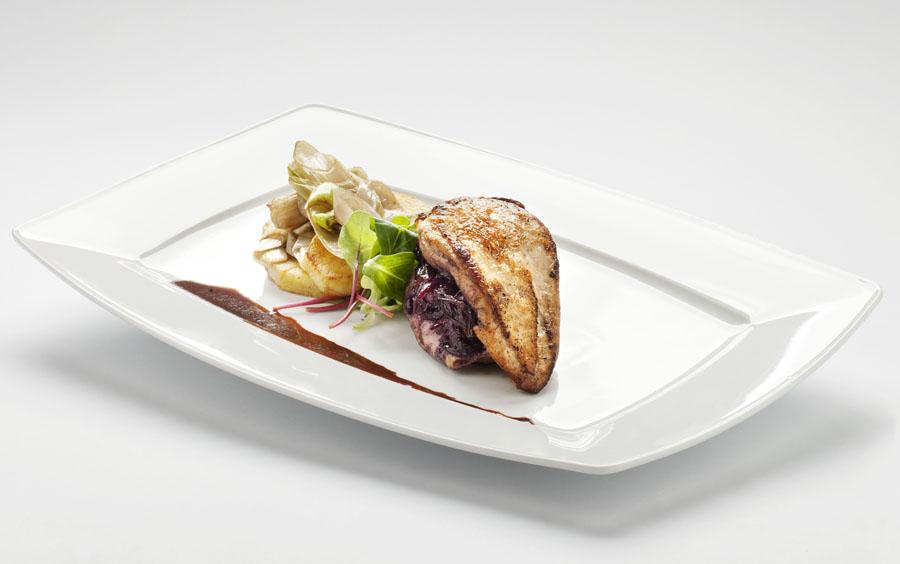 Smażona pierś kurczaka z nadzieniem z konfitury z czerwonej cebuli podana z ziemniakami Lyonnaise i sosem z czerwonego wina