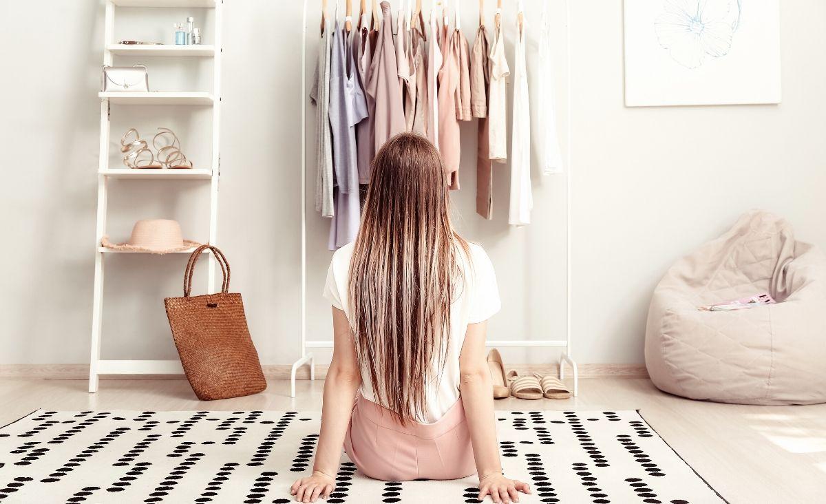"""Modowy minimalizm: jak wybierać rzeczy """"basic""""?"""