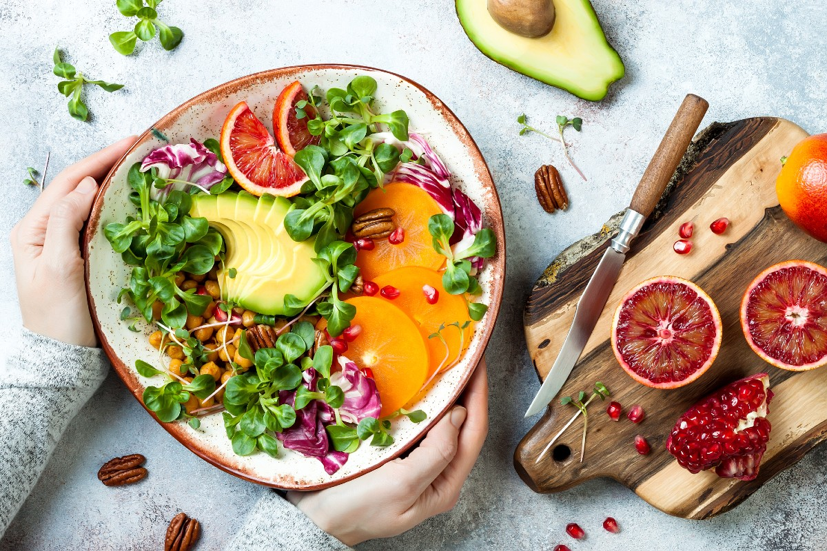 Dieta wegańska musi być zbilansowana, dlatego nie może zabraknąć w niej orzechów, pestek, suszonych owoców, roślin strączkowych i olejów roślinnych. (Fot. iStock)