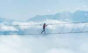 2011/12/boj-sie-i-rob-co-chcesz-jak-oswoic-strach-przed-nowym-person-walks-on-a-suspended-rope-bridge-in-the-clouds-picture-id1266059523.jpg