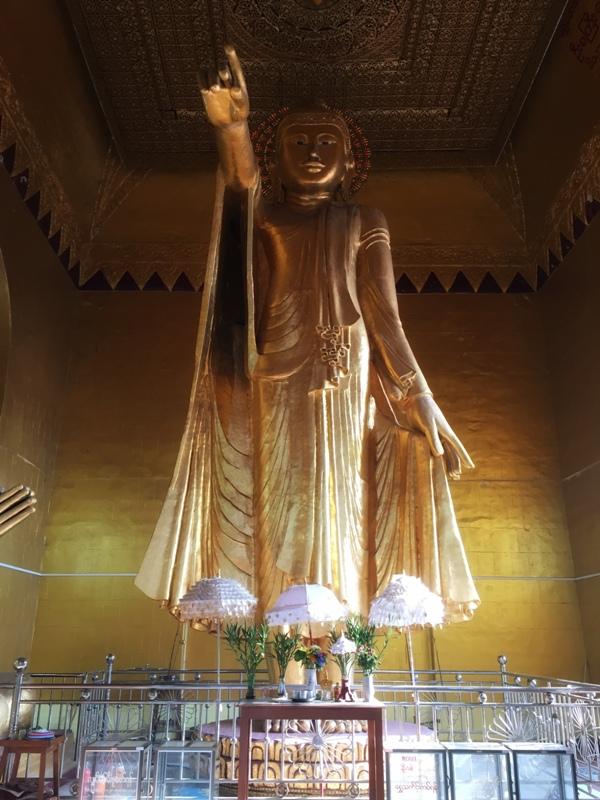 5. Posąg Buddy w jednej z wielu świątyń Wzgórza Mandalaj