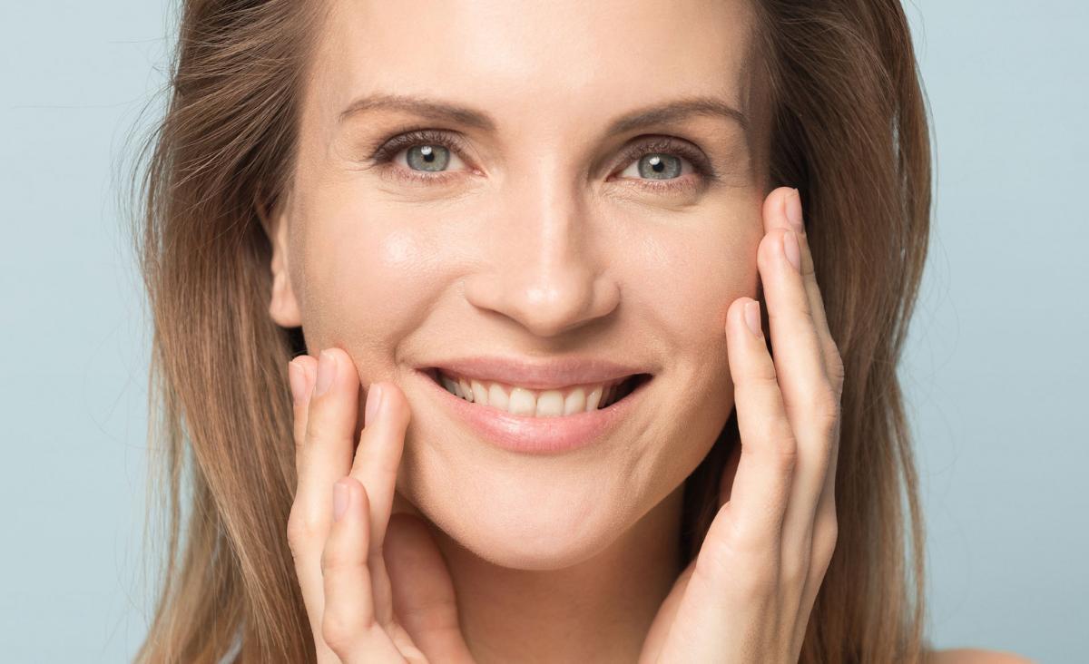 Uśmiechnięta kobieta ze zdrową cerą