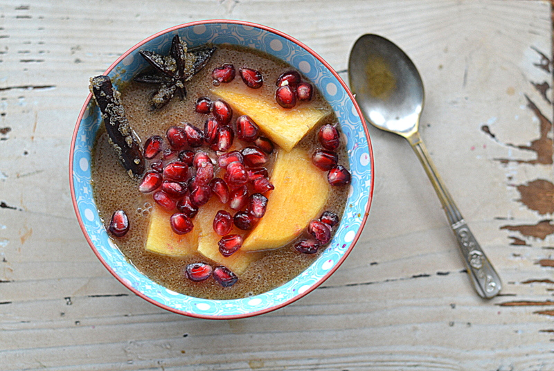 Piernikowy amarantus na mleku migdałowym z persymoną i granatem