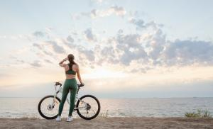2017/07/wybierz-dla-siebie-najlepszy-sport-na-lato-7-podpowiedzi-beautiful-young-brunette-woman-resting-after-bicycle-ride-at-sunrise-picture-id1162755753.jpg