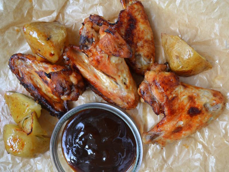 Skrzydełka barbecue (BBQ) za kuchennymi drzwiami