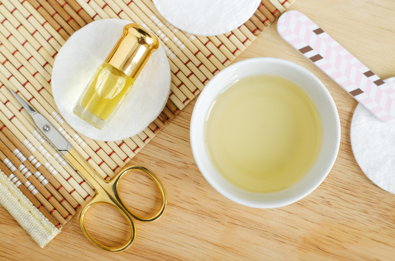 Olejek rycynowy na włosy, rzęsy, brwi i twarz - jak stosować? Właściwości i efekty oleju