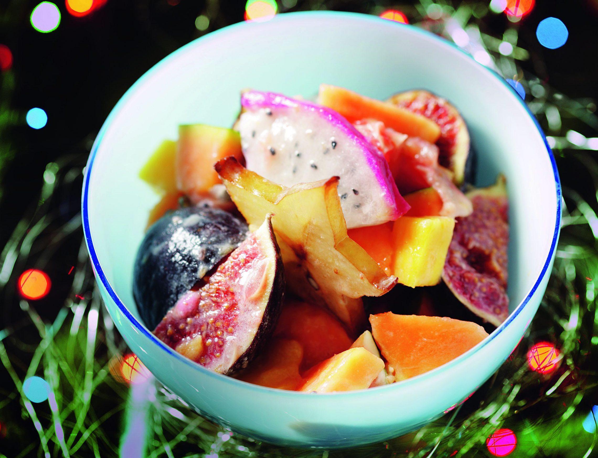 Sałatka z owoców egzotycznych z sosem z białej czekolady