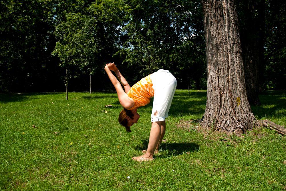 Joga na trawie – ćwiczenie numer 7: prosta postawa i głęboki skłon
