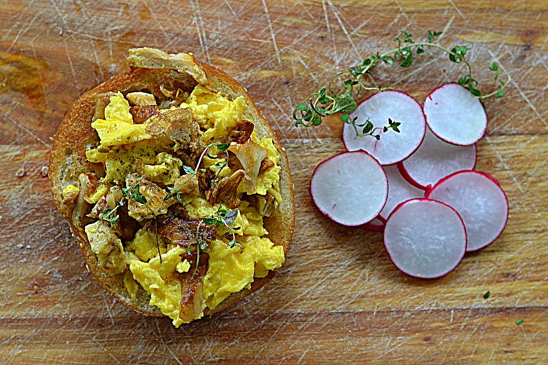 Kurkowa jajecznica na grzance