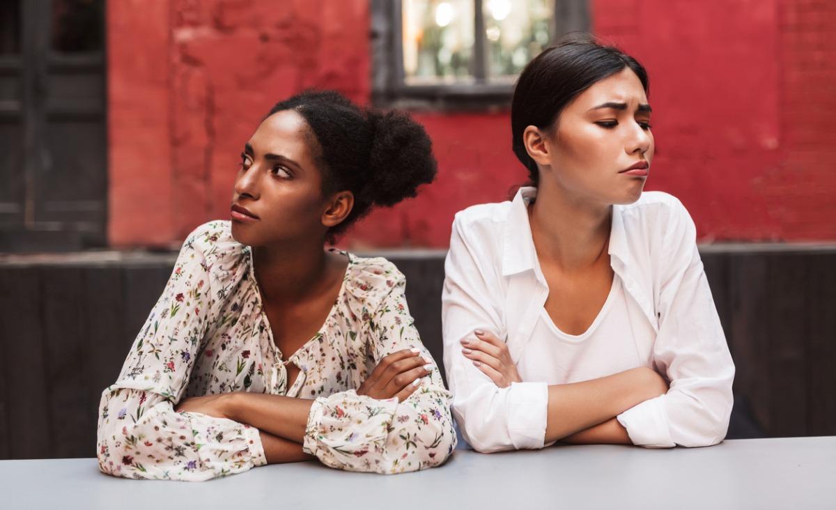 Terapia trudnej przyjaźni – dlaczego przyjaciele coraz częściej nas zawodzą?