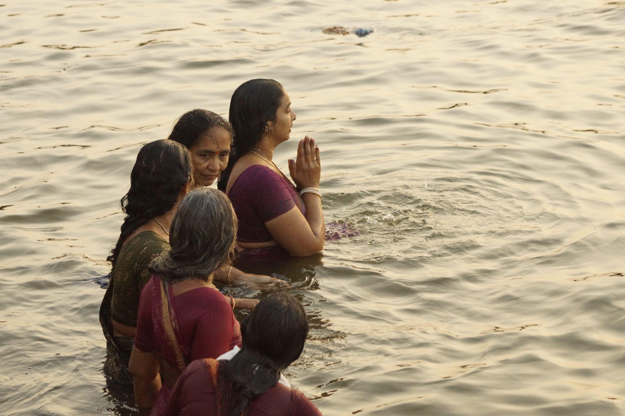 Rytualne oblucje w wodach Gangesu