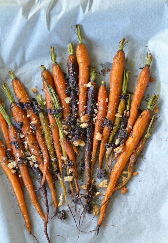 Pieczone młode marchewki z oliwkową kruszonką
