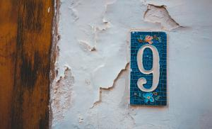 2011/10/cyfra-wskaze-ci-droge-mosaic-number-9-door-sign-in-blue-colors-picture-id1169414953.jpg