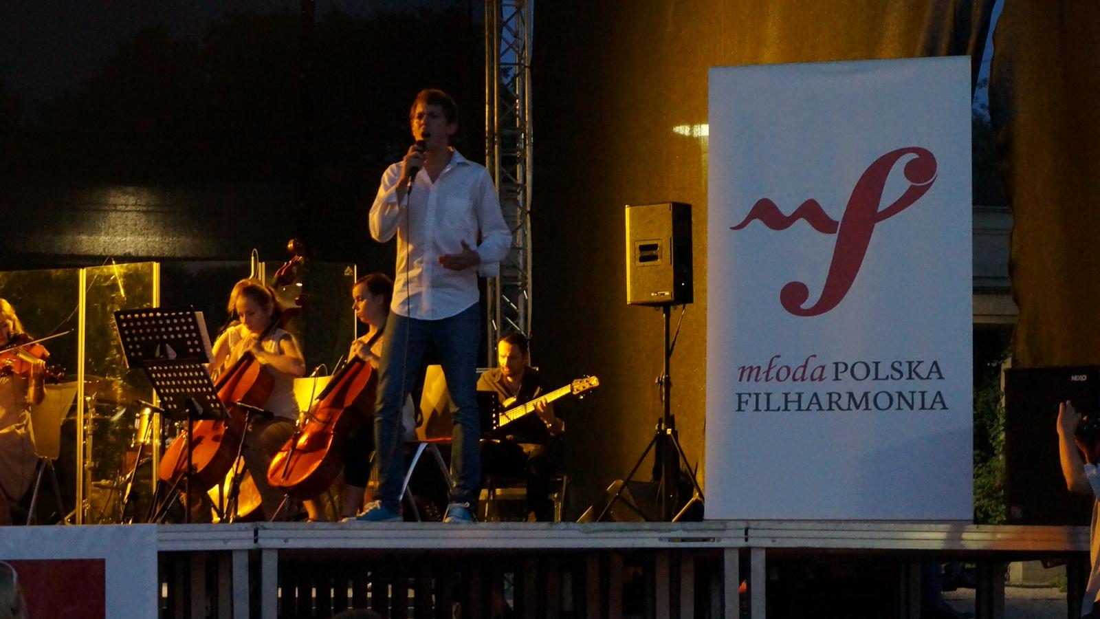 Michał Szyc podczas koncertu Młodej Polski Filharmonii we Wrocławiu