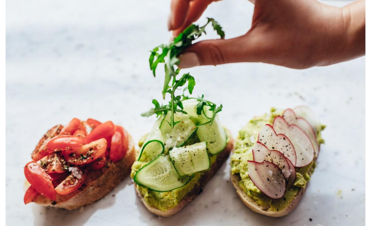 Aby schudnąć, musisz jeść! Poznaj opinię i składniki diety Akopa Szostaka
