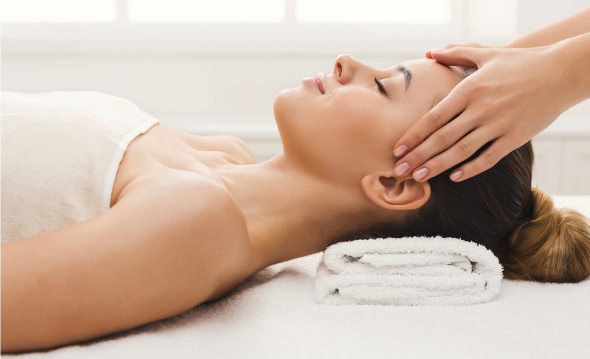 Masaż poprawia ukrwienie skóry, dzięki czemu dociera do niej więcej składników odżywczych. (Fot. iStock)