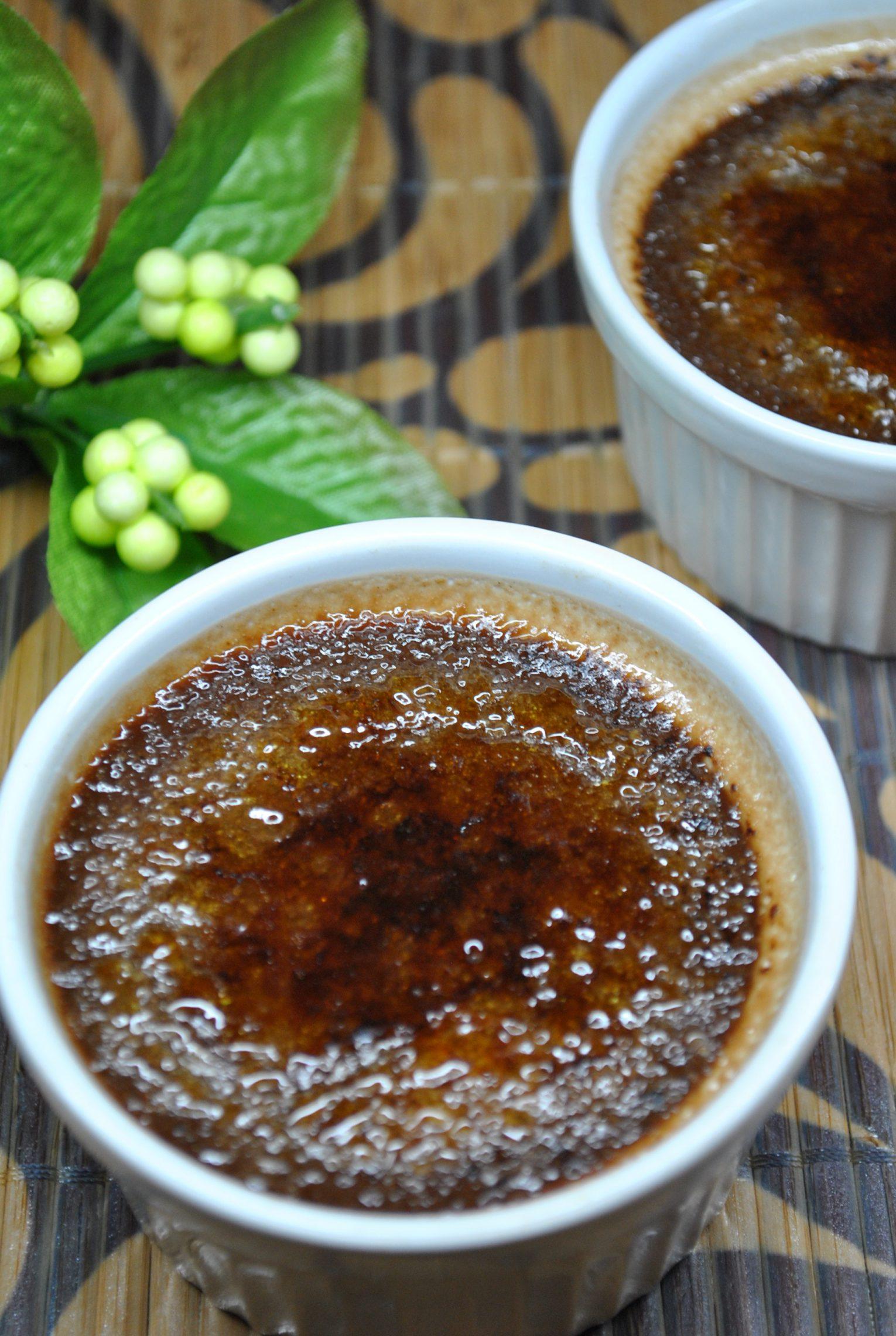 Czekoladowy Crème brûlée z wiśniami
